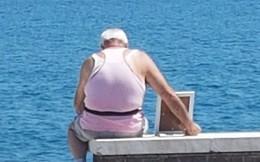 Bức ảnh gây xúc động: Khắc khoải về người vợ đã mất, cụ ông 72 tuổi ôm di ảnh ra biển vào mỗi sáng suốt nhiều năm liền