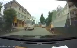 Rùng mình clip bé gái đột ngột băng qua đường, suýt chết trước đầu xe khách
