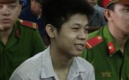 Người nhà nạn nhân gào khóc chửi bới, kẻ sát nhân giết 5 người ở Sài Gòn vẫn cười vui vẻ trước toà