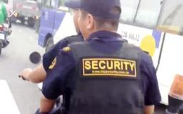 Bảo vệ giắt súng, không đội nón bảo hiểm… nghênh ngang trên đường