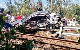 Ô tô 5 chỗ bị tàu hỏa tông nát, văng hơn chục mét