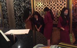Nhà hàng bị kiểm tra, các tiếp viên ăn mặc hở hang bỏ chạy tán loạn
