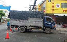 Xe máy bị cuốn vào gầm xe tải, người mẹ trẻ bị thương, bé trai 6 tuổi chết thảm