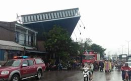 Bảng quảng cáo khổng lồ đổ sập trong mưa, đè chết người ở Sài Gòn