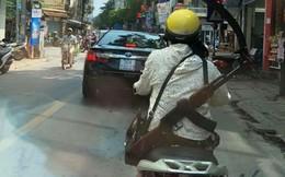 Cư dân mạng sốc khi nhìn chị ninja đeo súng AK đi hiên ngang trên phố