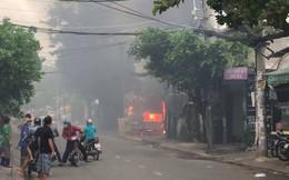 """Cháy bãi giữ xe, 3 """"xế hộp"""" bị thiêu rụi"""