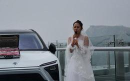 Cô gái mang tiền và siêu xe lên cầu kính để thử thách người bạn trai sợ độ cao rồi nhận cái kết đau lòng