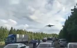 Chỉ có thể ở Nga: Tiêm kích, cường kích hiện đại lần lượt hạ cánh xuống đường ô tô