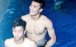 Bùi Tiến Dũng khoe cơ bắp như siêu mẫu, Quang Hải - Xuân Mạnh
