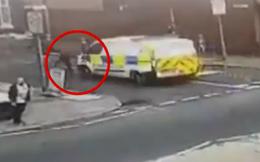 Đang đuổi theo nghi phạm, cảnh sát bị đồng nghiệp lái xe đâm trúng