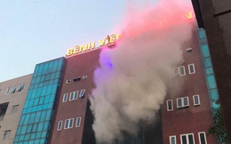 Biển quảng cáo bệnh viện bùng cháy dữ dội, nhiều người nhà bệnh nhân hốt hoảng