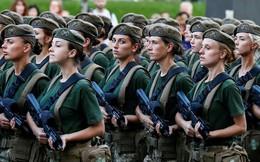 24h qua ảnh: Nữ quân nhân Ukraine luyện tập chuẩn bị cho lễ duyệt binh