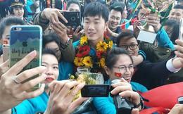 Chiếc điện thoại chĩa về phía U23 Việt Nam và câu chuyện ngắm nhìn cuộc đời