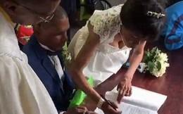 30 năm hẹn hò không dám cưới, cặp đôi vô gia cư tổ chức lễ thành hôn với váy áo đi mượn ngay dưới chân cầu giao thông