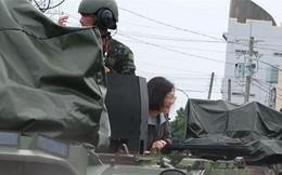 Ngồi xe bọc thép, tươi cười với người dân vùng lũ, bà Thái Anh Văn bị la ó: Xuống xe ngay!