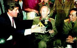 Chiếc mũ phi công lưu lạc ¼ thế kỷ tại Việt Nam của Thượng nghị sỹ John McCain
