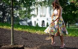 24h qua ảnh: Bà Melania Trump bị chỉ trích vì diện váy, mang giày cao gót đi trồng cây