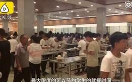 Trường học dẹp hết ghế trong căng tin để học sinh đứng ăn cho nhanh, học cho nhiều