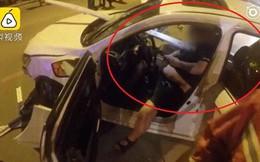 Bị thanh barie dài 4m đâm xuyên ngực, tài xế Trung Quốc vẫn bình thản chơi Wechat chờ cứu hộ