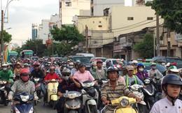 Người dân Sài Gòn ùn ùn đi nghỉ lễ, các con đường đến bến xe Miền Đông kẹt cứng