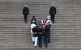 [Ảnh] Mưa và nước mắt trong lễ viếng Thượng nghị sĩ John McCain tại Điện Capitol