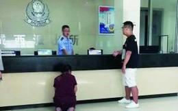 Người mẹ già quỳ trước đồn cảnh sát, cầu xin bắt giam đứa con trai cờ bạc, hư hỏng