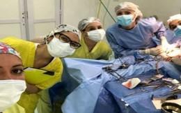 Chụp ảnh 'tự sướng' cạnh bệnh nhân nằm trên bàn mổ, nhóm bác sĩ bị đình chỉ