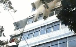 Hỏa hoạn ở chung cư, mẹ dũng cảm ném 2 con từ tầng 5 xuống đất