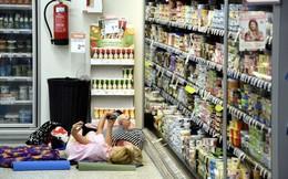 24h qua ảnh: Nắng nóng kinh hoàng, người Phần Lan vào cửa hàng, siêu thị ngủ nhờ