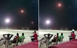 Tên lửa bay vù vù qua đầu, người dân Yemen vẫn bình thản ngồi xem bóng đá