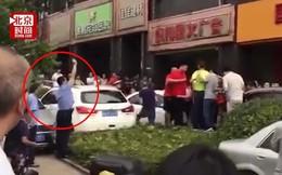 Hàng trăm người phát cuồng chen lấn mua rượu giảm giá, cảnh sát phải nổ súng giải tán
