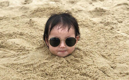 """Nóng trên mạng: Loạt biểu cảm của em bé bị bố """"chôn vùi"""" bên bờ biển, dân tình xem xong chỉ biết cười lăn lộn"""