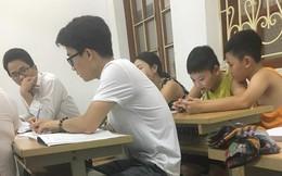 Lớp kế toán bất ngờ xuất hiện 2 đứa trẻ nhưng dân mạng chỉ chú ý đến người ngồi phía trước