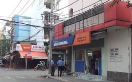 Ô tô tông sập cửa kính ngân hàng rồi tháo chạy ở Tân Phú