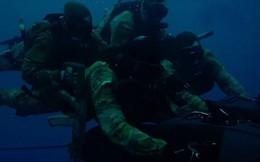 Lộ cảnh đặc nhiệm Nga di chuyển bằng tàu lặn từ tàu ngầm Kilo
