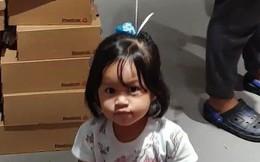 Cô bé xinh xắn được mẹ buộc quả bóng bay lên đầu và lý do khiến ai cũng bật cười khâm phục