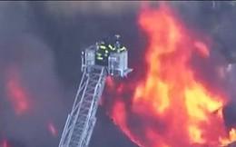 Ảnh: Khí gas rò rỉ và phát nổ ở khu dân cư Mỹ, thiêu cháy 50 nhà