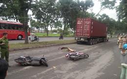 Va chạm với xe máy, cô gái té ngã xuống đường, bị xe container cán qua người tử vong