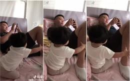 """Không cam tâm khi bố mải mê nghịch điện thoại mà quên mất mình, cô bé đã có cách """"nhắc nhở"""" siêu hay"""