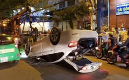 """Tông vào dải phân cách, ô tô 4 chỗ """"phơi bụng"""" giữa đường"""