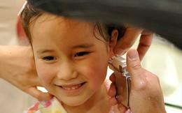 Chỉ với việc xỏ khuyên tai, ông bố đã dạy con gái một bài học quan trọng