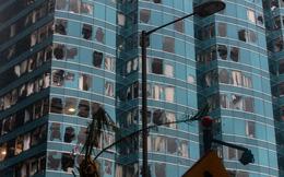 """24h qua ảnh: Cửa kính cao ốc Hong Kong vỡ vụn sau """"vua bão"""" Mangkhut"""