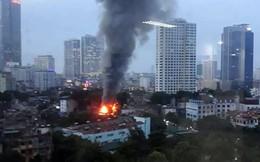 Cháy lớn trên đường Đê La Thành lan sang 7 nhà, cắt điện khu vực để cứu hỏa
