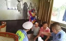 Cậu bé 4 tuổi bị bỏ bên đường, trong tay cầm giấy ly hôn của bố mẹ nhưng phản ứng của người mẹ khiến ai cũng phẫn nộ