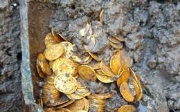 Vô tình phát hiện hũ chứa hàng trăm đồng tiền vàng bên dưới nhà hát Italy