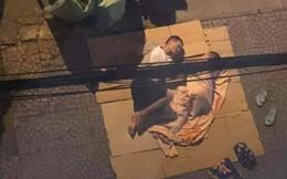 Xúc động mạnh trước hình ảnh hai cha con trải bìa các tông nằm trên vỉa hè