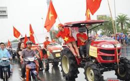 Video: CĐV lái 4 chiếc máy cày đi đón Olympic Việt Nam
