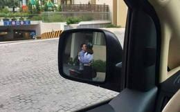 """Đang cần lui xe gấp lại gặp cặp đôi hôn nhau thắm thiết chắn đường, tài xế hỏi: """"Theo các mẹ nên bấm còi hay không?"""""""