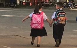 2 đứa trẻ dắt tay nhau qua cổng trường và câu chuyện của bà mẹ khiến nhiều người xuýt xoa