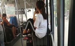 Hành động dị thường của cô gái trên xe buýt khiến dân mạng 'rào rào' phản ứng
